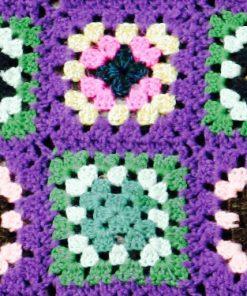retrocrafts_textil_mormorsfilt_bomull_barnfilt_rutor_lila_detalj_ 170150