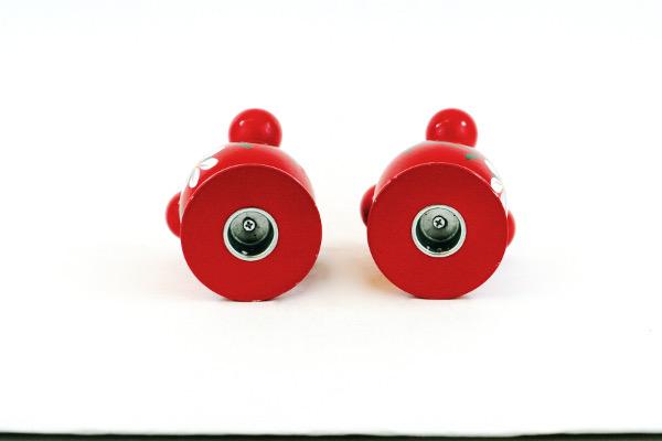 Träljusstake - Två kulljusstakar rödlackerade med kurbits ljusöppning