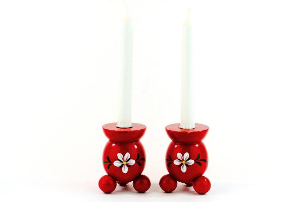 Träljusstake - Två kulljusstakar rödlackerade med kurbits med kronljus