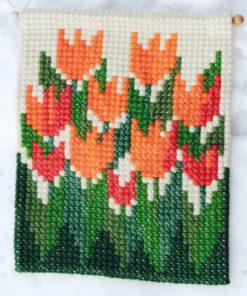 Väggbonad - Broderade tulpaner av yllegarn helhet korsstygn