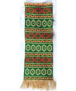 Väggtextil - väggbonad av ullgarn i klara starka färger hängande väggläge