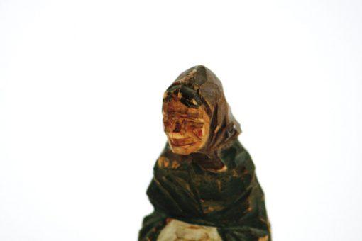 Träskulptur – Snidad trägumma av signatur HA detalj ansikte