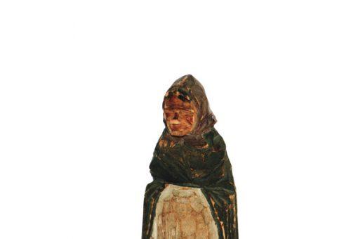 Träskulptur – Snidad trägumma av signatur HA huvud
