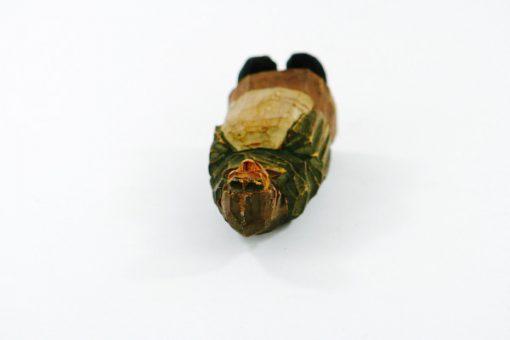 Träskulptur – Snidad trägumma av signatur HA liggande