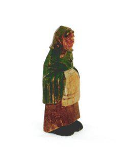 Träskulptur – Snidad trägumma av signatur HA sida