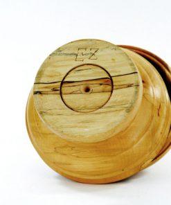 Lockurna – Svarvad lockskål av ljus masurbjörk signerad EZ undersida