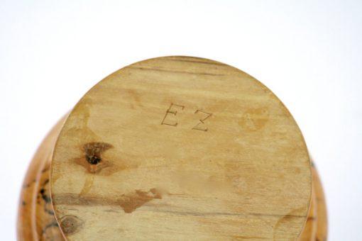 Lockskål – Svarvad lockurna av ådrad masurbjörk signerad EZ detalj signatur