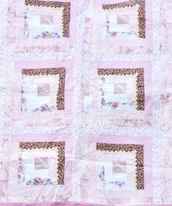 Bilden visar Lapptäcke – Retro quilt rosa nyanser och blommor detalj
