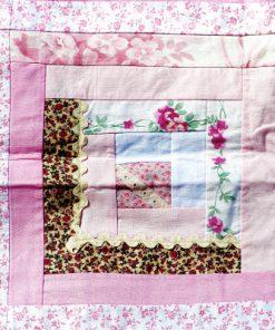 Lapptäcke – Retro quilt rosa nyanser och blommor detalj