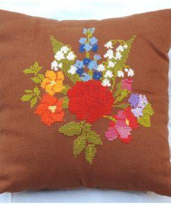 Broderad kudde - Korsstygn blomsterbukett i färg helhet framsida