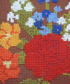 Broderad kudde - Korsstygn blomsterbukett i färg detalj broderi