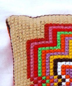 Broderad kudde – Korsstygn stilistisk blomma i klara färger detalj hörna