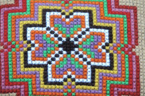 Broderad kudde – Korsstygn stilistisk blomma i klara färger detalj broderi