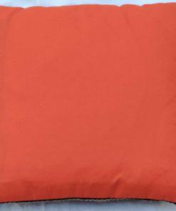 Broderad kudde – Korsstygn stilistisk blomma i klara färger baksida