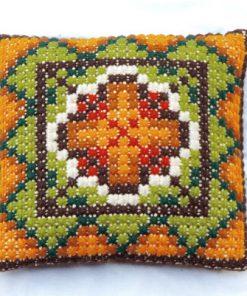 Broderad kudde – Korsstygn grafiskt dekorativ blomma helhet