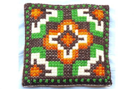 Broderad kudde - Korsstygn grafiskt dekorativt kors helhet
