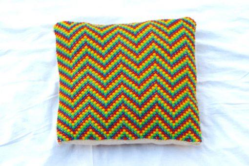 Broderad kudde – Korsstygn zig zag-mönster i regnbågsfärger helhet