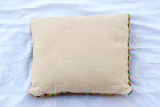 Broderad kudde – Korsstygn zig zag-mönster i regnbågsfärger baksida