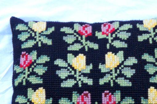 Broderad svart kudde - Korsstygn röda och gula rosor detalj horna framsida
