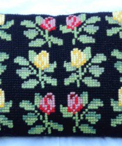 Broderad svart kudde - Korsstygn röda och gula rosor helhet