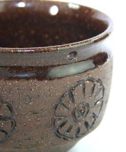 Keramikkruka från Laholm drejad stengods blomma 1960-tal detalj