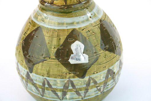 Keramikvas - Grön-glaserade romber och folie-etikett detalj