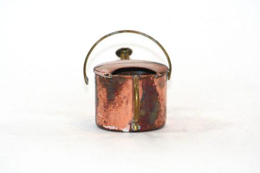 Kopparminiatyr – Vattenkanna av koppar med mässingspip baksida