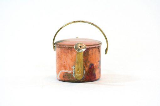 Kopparminiatyr – Vattenkanna av koppar med mässingspip framsida