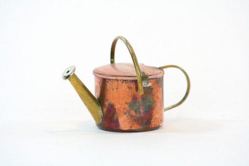 Kopparminiatyr – Vattenkanna av koppar med mässingspip sida