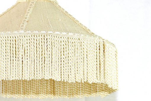 Taklampa med fransar - Cremevit textilskärm kantband detalj