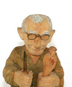 Trägubbe – Snidad träskulptur av signatur RB detalj