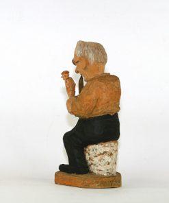 Trägubbe – Snidad träskulptur av signatur RB ryggsida