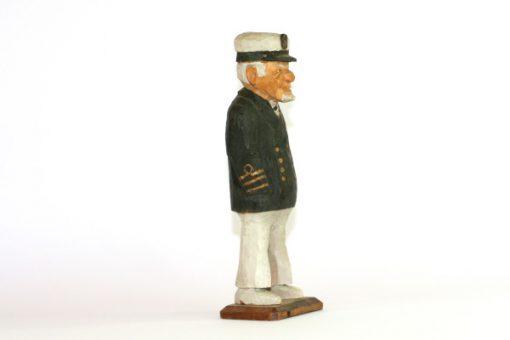 RB Tragubbe – Sjokapten traskulptur snidad sailor sida