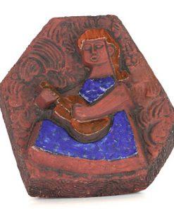 Lars Bergsten vaggrelief - Keramiktavla flicka med gitarr helhet