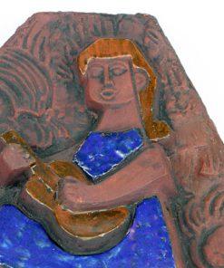 Lars Bergsten vaggrelief - Keramiktavla flicka med gitarr detalj fram