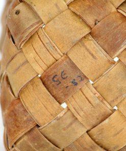Naverkorg signerad SE-82 – Korg flatad av bjorknaver detaljs signatur