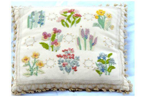 Blombroderad kudde violer liljekonvaljer - Tidigt 1900-tal
