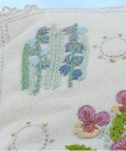Blombroderad kudde violer liljekonvaljer - Tidigt 1900-tal detalj broderi