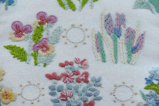 Blombroderad kudde violer liljekonvaljer - Tidigt 1900-tal detalj framsida