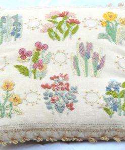 Blombroderad kudde violer liljekonvaljer - Tidigt 1900-tal helhet