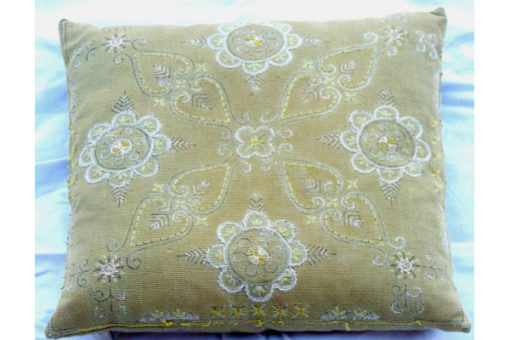 Broderad kudde med blomkransar oliv-stramalj tidigt 1900-tal