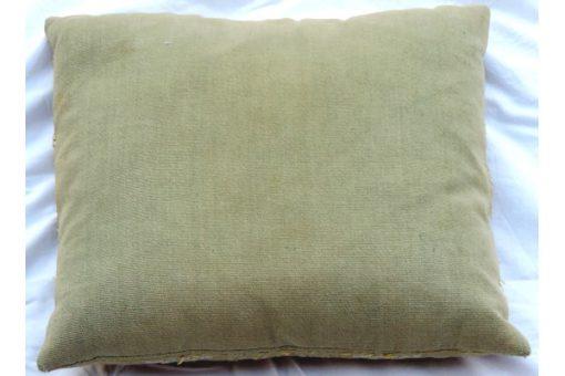Broderad kudde med blomkransar oliv-stramalj tidigt 1900-tal bakstycke