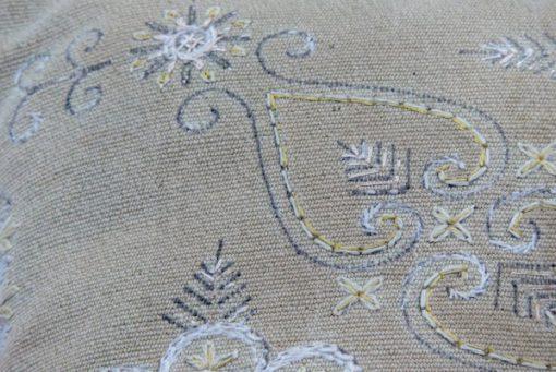 Broderad kudde med blomkransar oliv-stramalj tidigt 1900-tal detalj broderi