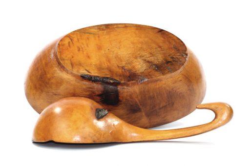 Rotskal och skopa - Snidad vrilskal och kasa av lov-trad undersida