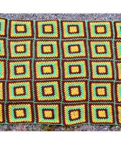 Mormorsfilt - Quilt av ull virkade mormors-rutor baksida