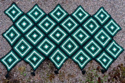 Mormorsfilt - Quilt ull virkade diagonal-rutor med tofsar baksida