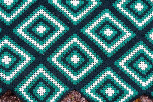 Mormorsfilt - Quilt ull virkade diagonal-rutor med tofsar kantsnibb