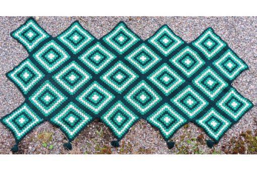 Mormorsfilt - Quilt ull virkade diagonal-rutor med tofsar helhet