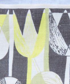 Retroduk tulpaner ljusgult och gratt pa tryckt linnetyg detalj overkant