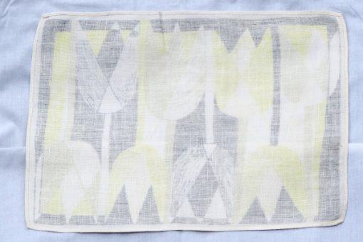 Retroduk tulpaner ljusgult och gratt pa tryckt linnetyg helhet baksida